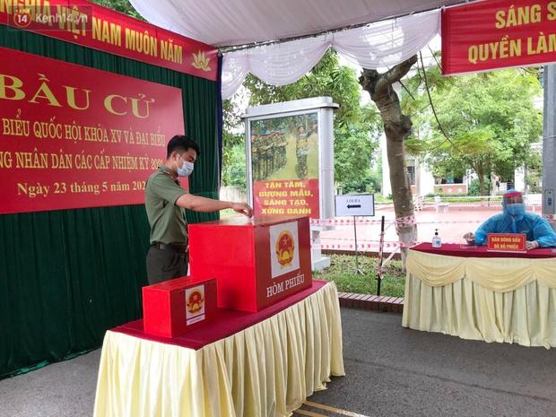 Ảnh: Cận cảnh cử tri trong khu cách ly tập trung ở Vĩnh Phúc tham gia bầu cử - Ảnh 6.