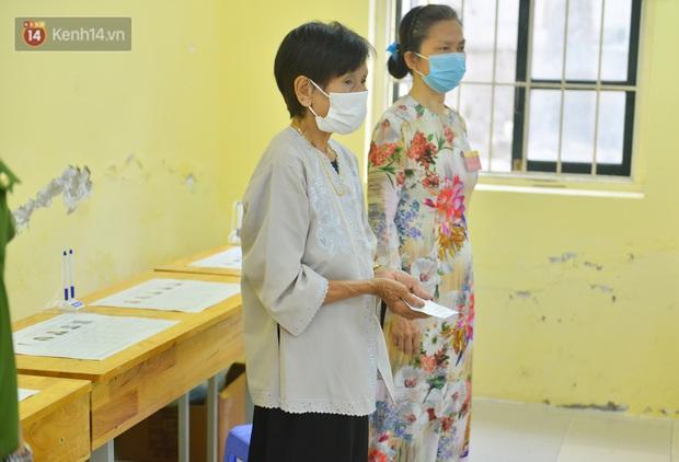 Cụ bà 101 tuổi được bỏ lá phiếu đầu tiên tại điểm bầu cử ở Hà Nội: Tôi rất phấn khởi thực hiện nghĩa vụ của mình - Ảnh 2.