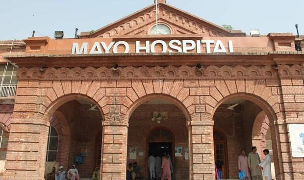 Bảo vệ bệnh viện giả làm bác sĩ, cầm dao mổ cho bệnh nhân như thật khiến 1 người suýt chết - Ảnh 3.
