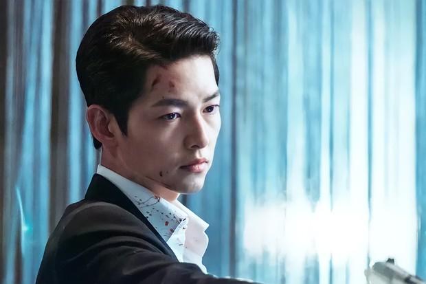 Lần đầu tiên thấy Song Joong Ki tạo dáng hư hỏng thế này, ly dị Song Hye Kyo xong bung xõa hẳn hay gì? - Ảnh 8.