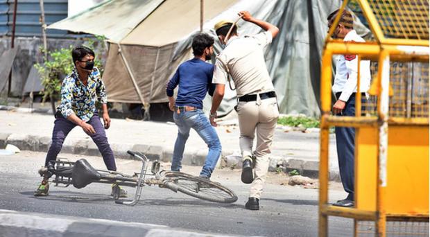 Ấn Độ: Bán rau trước nhà trong giờ giới nghiêm, thiếu niên 17 tuổi bị cảnh sát đánh tử vong - Ảnh 1.