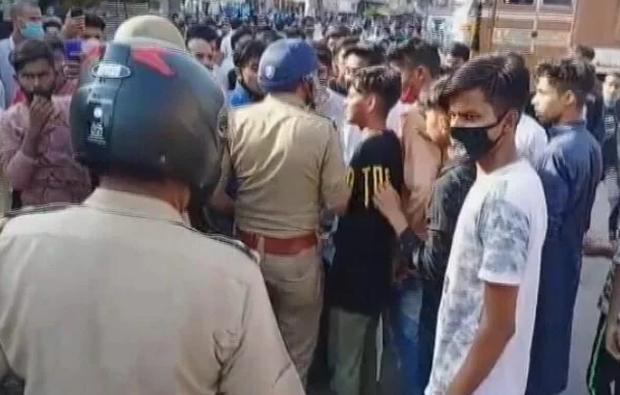 Ấn Độ: Bán rau trước nhà trong giờ giới nghiêm, thiếu niên 17 tuổi bị cảnh sát đánh tử vong - Ảnh 2.