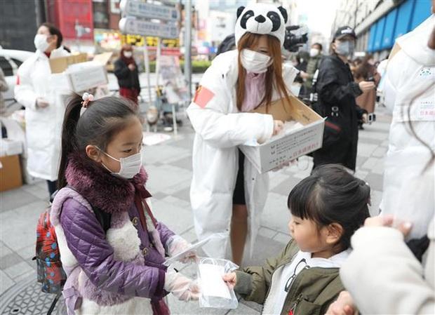 71 nghìn trẻ em Nhật Bản dưới 10 tuổi bị nhiễm Covid-19: Tăng cao đột biến, cả gia đình lây chéo, phải tự chăm sóc nhau - Ảnh 1.