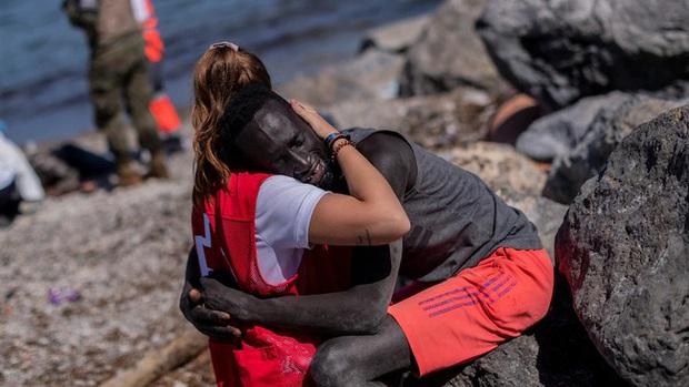 Đăng tải bức ảnh ôm người di cư da màu, nữ tình nguyện viên gây bão MXH nhưng bị đay nghiến đến mức phải khóa tài khoản vì lý do không ngờ - Ảnh 1.