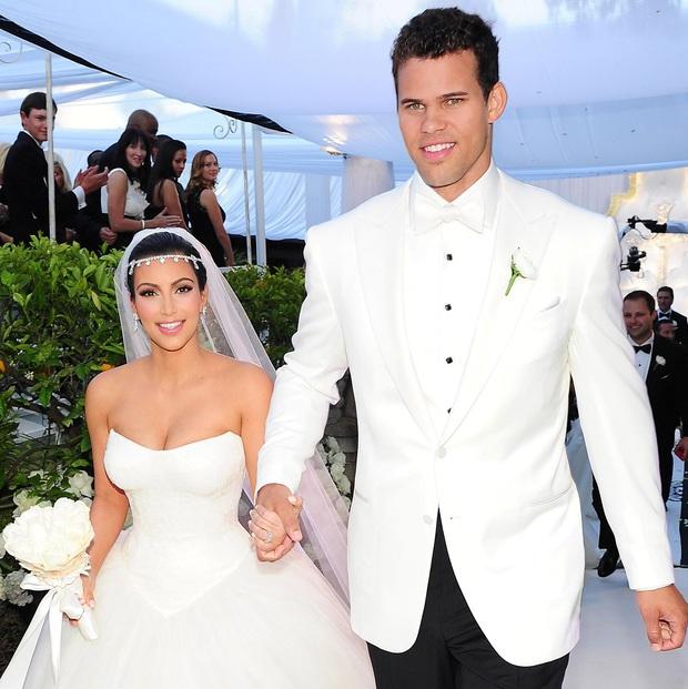 Sao kết hôn nhanh nhất lịch sử showbiz: Chị em Kim lấy sớm toang nhanh, Angelina cướp chồng sau 2 tháng chưa bằng cặp cưới sau 4 ngày - Ảnh 3.