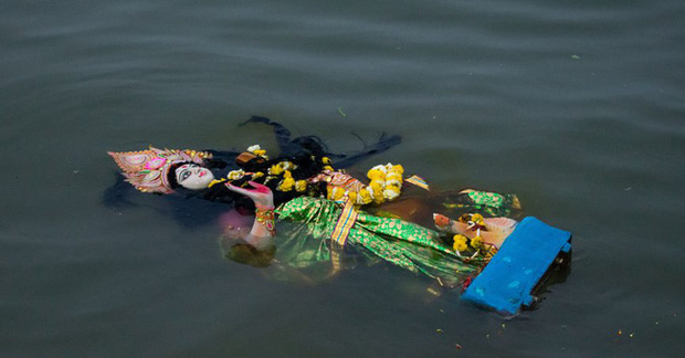 MXH lan truyền hình ảnh người dân Ấn Độ ném bỏ tượng thần nổi lềnh bềnh trên mặt nước vì không chữa được Covid-19, thực hư ra sao? - Ảnh 3.
