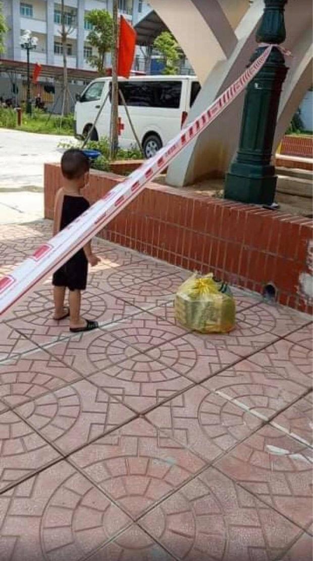Bé trai 6 tuổi một mình đi nhận kết quả dương tính Covid-19: Ánh mắt ngơ ngác, ngồi nép vào cánh cửa - Ảnh 5.