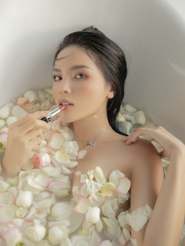 """Hoa hậu Kỳ Duyên dạo này """"hư hỏng"""" quá: Bán nude khoe đường cong bốc lửa trong bồn tắm, hững hờ vòng 1 """"mất máu"""" - Ảnh 3."""