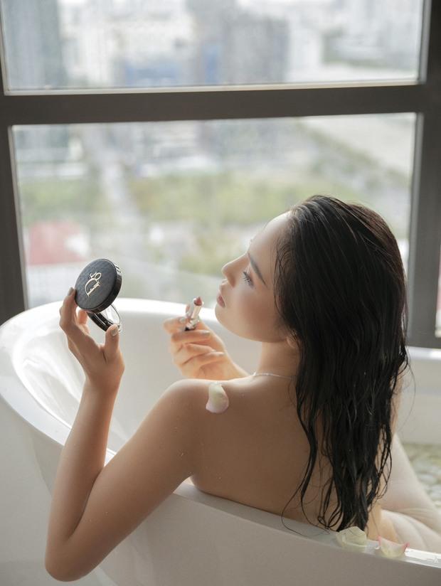 """Hoa hậu Kỳ Duyên dạo này """"hư hỏng"""" quá: Bán nude khoe đường cong bốc lửa trong bồn tắm, hững hờ vòng 1 """"mất máu"""" - Ảnh 6."""
