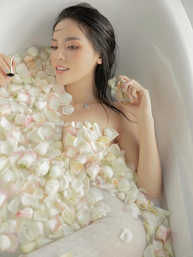 """Hoa hậu Kỳ Duyên dạo này """"hư hỏng"""" quá: Bán nude khoe đường cong bốc lửa trong bồn tắm, hững hờ vòng 1 """"mất máu"""" - Ảnh 4."""