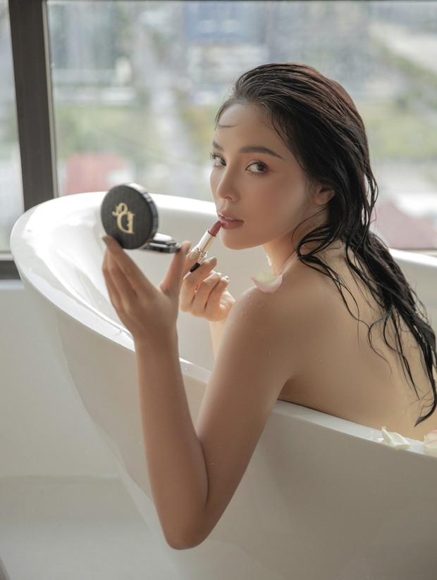 """Hoa hậu Kỳ Duyên dạo này """"hư hỏng"""" quá: Bán nude khoe đường cong bốc lửa trong bồn tắm, hững hờ vòng 1 """"mất máu"""" - Ảnh 5."""