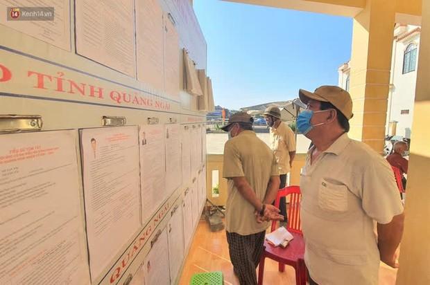 Người dân tại xã duy nhất của Quảng Ngãi có ca nhiễm Covid-19 đi bầu cử theo ca - Ảnh 3.