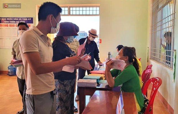 Người dân tại xã duy nhất của Quảng Ngãi có ca nhiễm Covid-19 đi bầu cử theo ca - Ảnh 4.