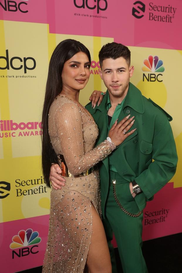 Siêu thảm đỏ Billboard Music Awards: Hoa hậu Thế giới o ép vòng 1 khủng bên host Nick Jonas, Alicia Keys hồng choé bị mỹ nhân xuyên thấu hết hồn lấn át - Ảnh 4.