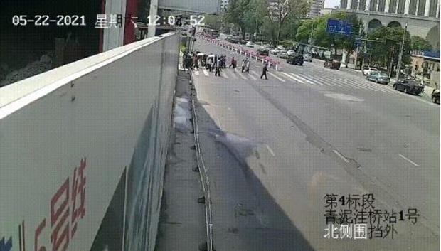 Clip: Làm ăn thua lỗ, thanh niên lái xe đâm thẳng vào đoàn người qua đường khiến 5 người tử vong - Ảnh 2.