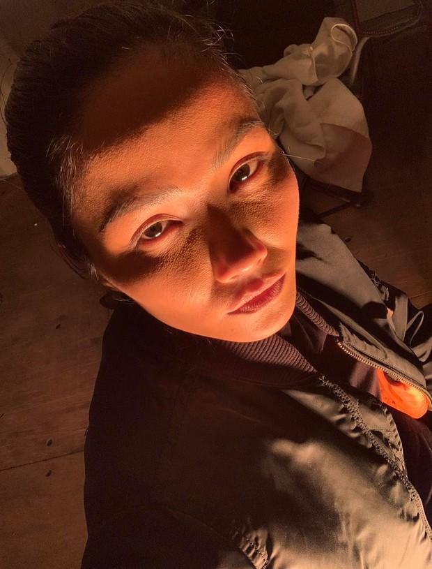 """HHen Niê tự """"bóc trần"""" mặt mộc qua camera thường: Lộ làn da khác 180 độ với ảnh """"sống ảo"""", giật mình kéo đến ảnh siêu cận - Ảnh 6."""