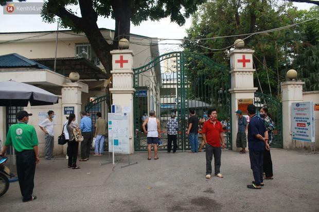 Ảnh: Nhiều bệnh nhân phải quay về vì không nắm được quy định sau khi 2 cơ sở Bệnh viện K gỡ phong toả - Ảnh 1.