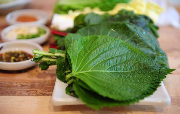 Ăn món Hàn đó giờ nhưng chưa chắc bạn biết tên của loại lá này: 90% người Việt nhầm lẫn với tía tô, giá bán không rẻ tí nào - Ảnh 2.