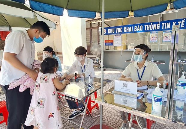 Cho phép người dân trở về từ Bắc Giang không cần khai báo y tế, nữ nhân viên y tế bị phạt 10 triệu đồng - Ảnh 1.