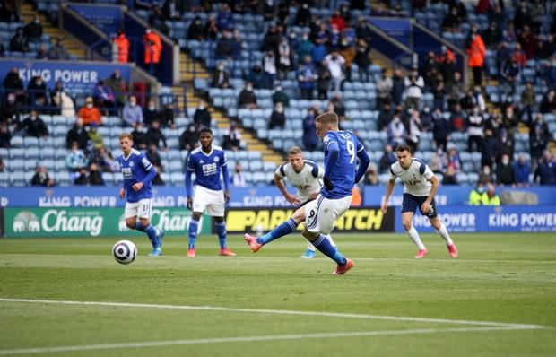 Leicester hụt vé dự Champions League sau sai lầm không thể tha thứ của thủ môn đội trưởng - Ảnh 2.