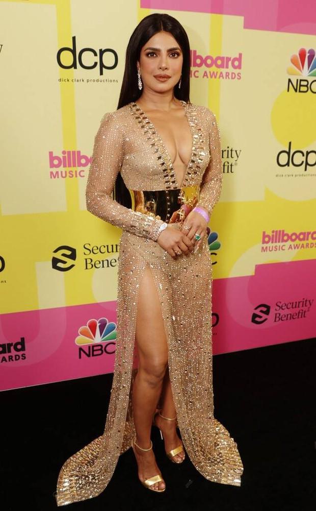 Siêu thảm đỏ Billboard Music Awards: Hoa hậu Thế giới o ép vòng 1 khủng bên host Nick Jonas, Alicia Keys hồng choé bị mỹ nhân xuyên thấu hết hồn lấn át - Ảnh 3.