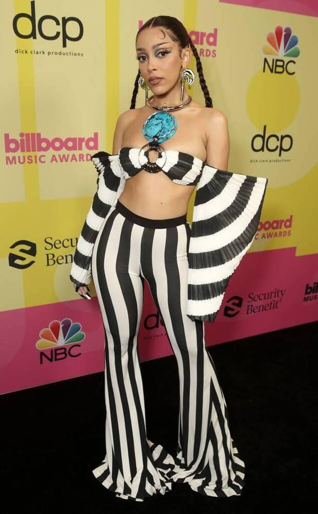 Siêu thảm đỏ Billboard Music Awards: Hoa hậu Thế giới o ép vòng 1 khủng bên host Nick Jonas, Alicia Keys hồng choé bị mỹ nhân xuyên thấu hết hồn lấn át - Ảnh 9.