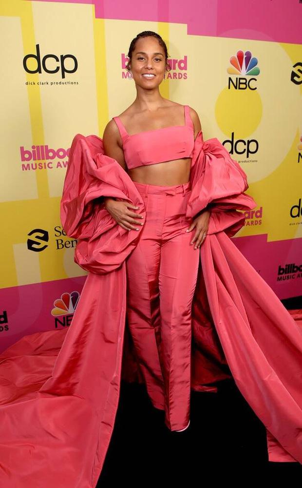 Siêu thảm đỏ Billboard Music Awards: Hoa hậu Thế giới o ép vòng 1 khủng bên host Nick Jonas, Alicia Keys hồng choé bị mỹ nhân xuyên thấu hết hồn lấn át - Ảnh 11.