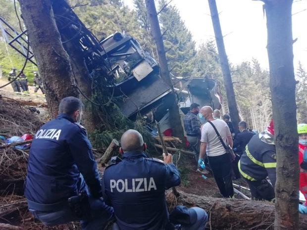 Rơi cabin cáp treo ở Italy, ít nhất 14 người tử vong, 1 trẻ bị thương nặng - Ảnh 1.