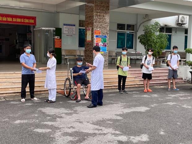 12 ca mắc COVID-19 ở Bệnh viện dã chiến Tiên Du, Bắc Ninh được xuất viện - Ảnh 1.