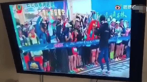 Đài truyền hình Trung Quốc bị tố xát muối vào vết thương của gia đình 21 tuyển thủ chết thảm - Ảnh 1.