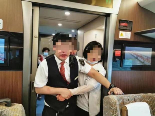 Nữ hành khách nổi điên hành hung nhân viên soát vé tàu, bất ngờ lột đồ rồi có hành động khiến người khác phải đỏ mặt quay đi - Ảnh 1.