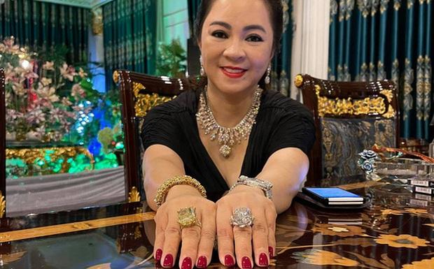 Sau chiếc Vertu hàng trăm triệu, bà Phương Hằng lại gây chú ý khi dùng một chiếc máy phụ có giá sương sương khoảng 50 triệu - Ảnh 2.