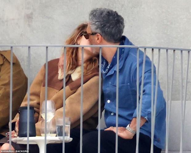 Tình tay 3 chấn động Hollywood: Rita Ora ôm hôn cùng lúc cả đạo diễn và diễn viên Thor, 2 mỹ nhân lúc sau lại âu yếm nhau - Ảnh 3.