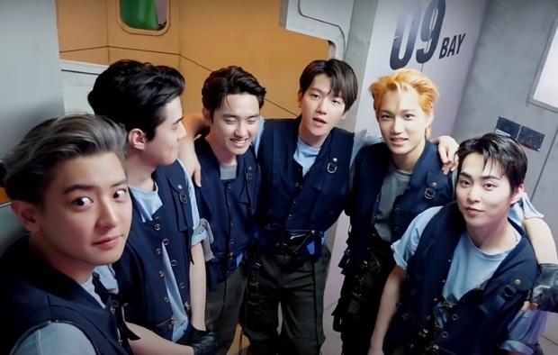 Bộ ảnh teaser comeback của EXO: Nhan sắc trẻ trung dù bị dìm, vốn được cài cắm hint từ MV của tình cũ Jennie? - Ảnh 1.