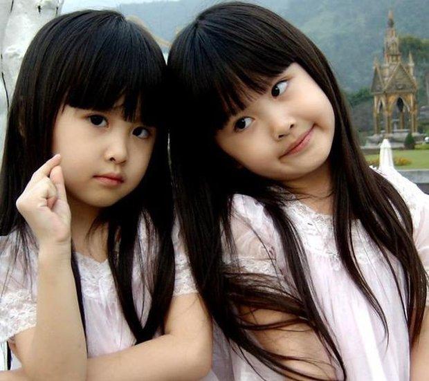 Cặp chị em sinh đôi thiên thần được mệnh danh đẹp nhất Đài Loan gây ngỡ ngàng với diện mạo ở tuổi thiếu nữ sau 16 năm - Ảnh 1.