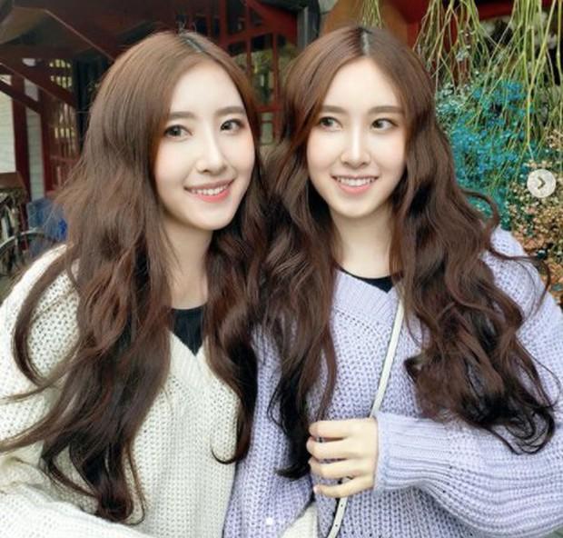 Cặp chị em sinh đôi thiên thần được mệnh danh đẹp nhất Đài Loan gây ngỡ ngàng với diện mạo ở tuổi thiếu nữ sau 16 năm - Ảnh 4.