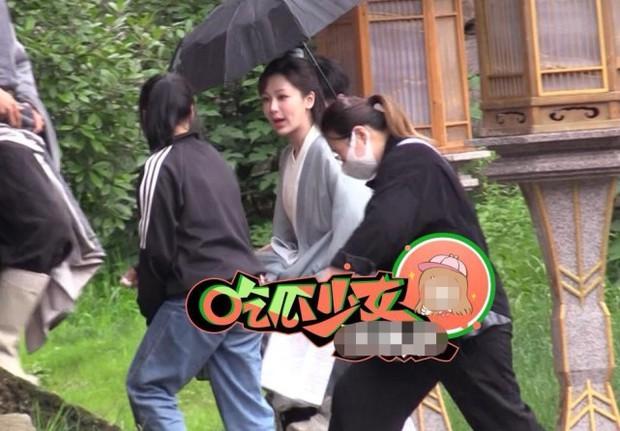 Dương Tử xách váy lội mưa mà vẫn khoe trọn visual ở hậu trường phim mới, nhìn đống quần áo mà thấy nặng giùm! - Ảnh 2.