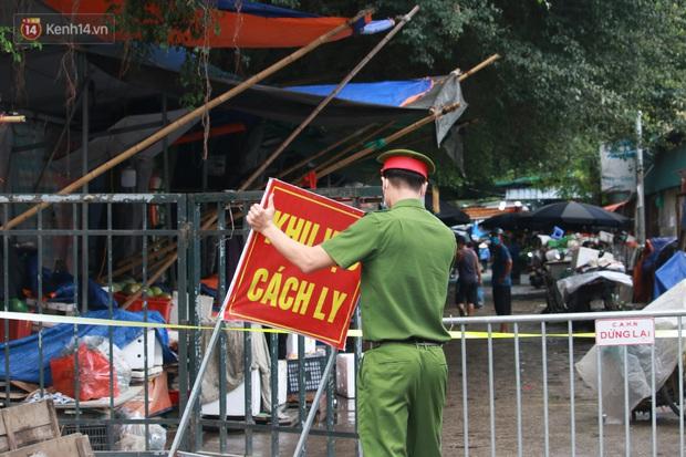 Ảnh: Phong toả chợ Xanh và chung cư CT3B tại Văn Quán vì liên quan ca dương tính SARS-CoV-2 - Ảnh 2.