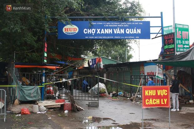 Ảnh: Phong toả chợ Xanh và chung cư CT3B tại Văn Quán vì liên quan ca dương tính SARS-CoV-2 - Ảnh 1.