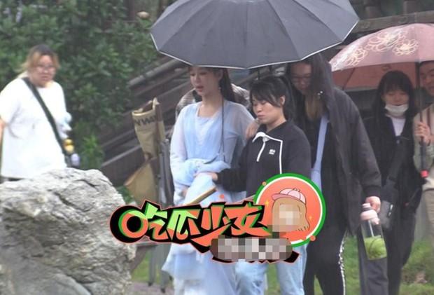 Dương Tử xách váy lội mưa mà vẫn khoe trọn visual ở hậu trường phim mới, nhìn đống quần áo mà thấy nặng giùm! - Ảnh 3.