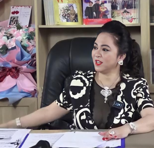 Xem livestream đang hot của bà Phương Hằng, đây là 1 chi tiết netizen đặc biệt chú ý - Ảnh 1.