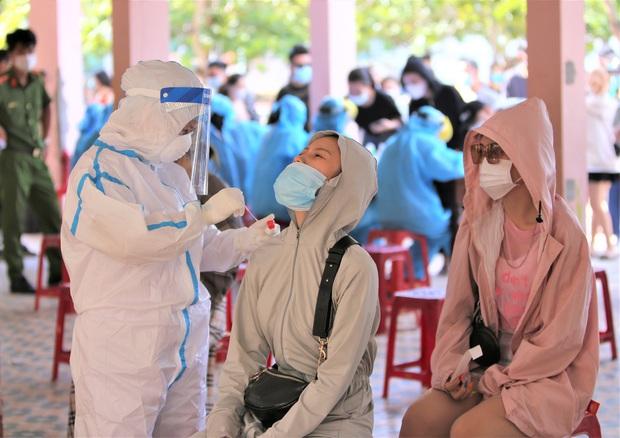 Thêm 2 học sinh ở Đà Nẵng bị lây Covid-19 từ người thân, trong đó 1 ca xét nghiệm 3 lần mới phát hiện dương tính - Ảnh 1.
