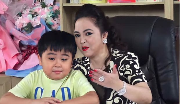 Con trai bà Phương Hằng lên livestream của mẹ thổ lộ kênh YouTube có 1 người đăng ký, 30 phút sau tăng chóng mặt - Ảnh 4.