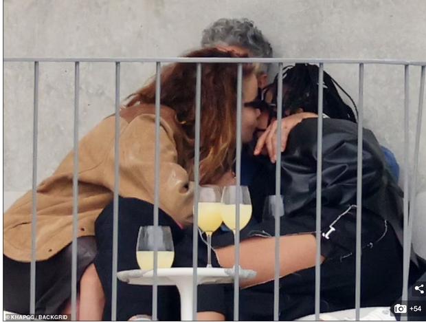 Tình tay 3 chấn động Hollywood: Rita Ora ôm hôn cùng lúc cả đạo diễn và diễn viên Thor, 2 mỹ nhân lúc sau lại âu yếm nhau - Ảnh 6.