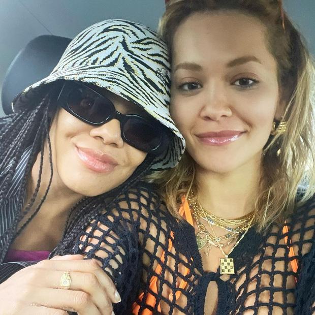 Tình tay 3 chấn động Hollywood: Rita Ora ôm hôn cùng lúc cả đạo diễn và diễn viên Thor, 2 mỹ nhân lúc sau lại âu yếm nhau - Ảnh 10.