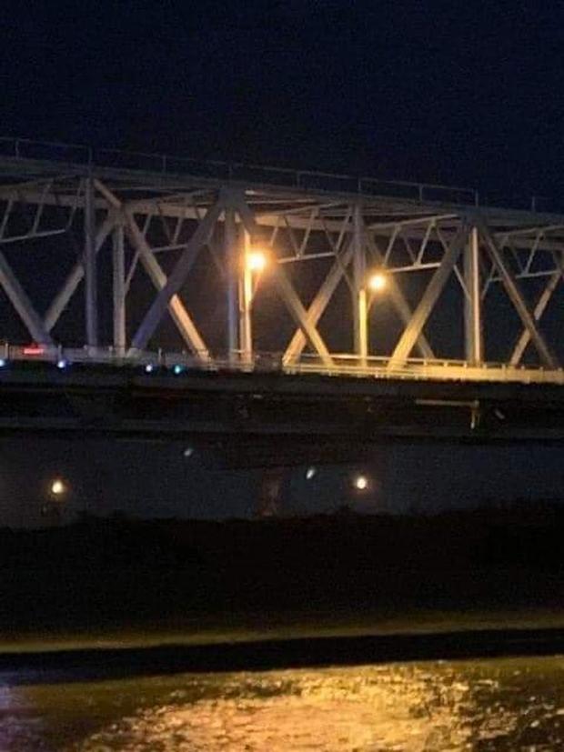 Để lại xe máy SH trên cầu, thầy giáo trẻ nghi gieo mình xuống sông Lam tự tử - Ảnh 1.
