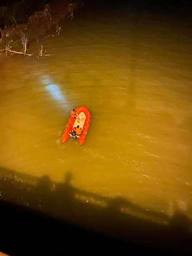 Để lại xe máy SH trên cầu, thầy giáo trẻ nghi gieo mình xuống sông Lam tự tử - Ảnh 2.
