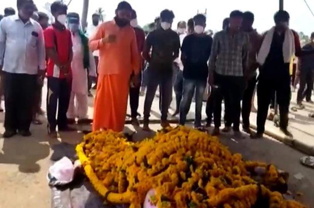 Hàng trăm người Ấn Độ dự đám tang cho một con ngựa giữa lúc phong tỏa - Ảnh 1.