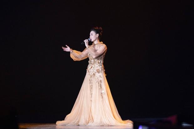 Ngoài tuổi 40, Trương Bá Chi vẫn đẹp nức lòng, chỉ thay đổi một chi tiết trên váy mà đỉnh hơn cả mẫu quốc tế - Ảnh 3.