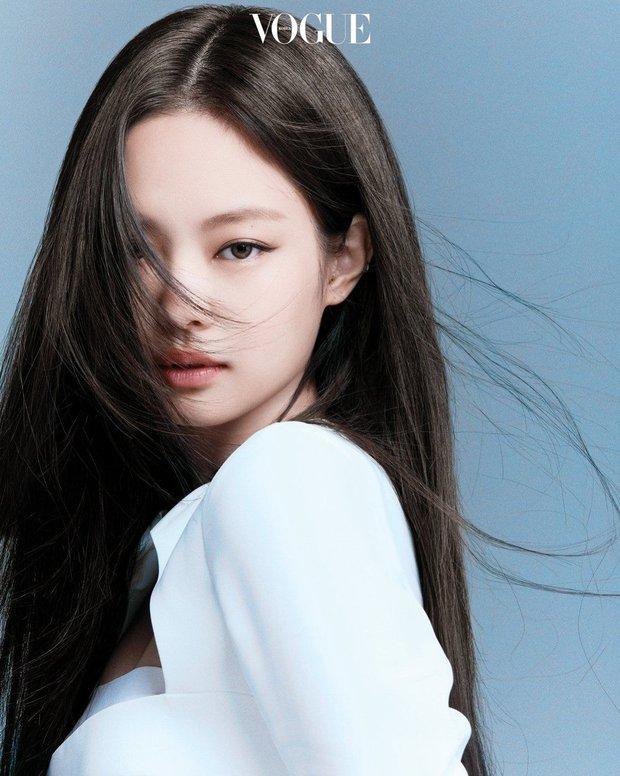 Trọn bộ ảnh tạp chí đang gây bão MXH của BLACKPINK: Rosé F5 tóc là lột xác hẳn, Lisa - Jisoo đột phá nhưng không át nổi Jennie - Ảnh 3.